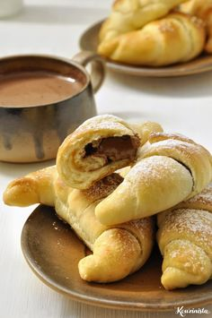 Quickly and easily krouasanakia stuffed with cheese and hazelnut praline / Quicker crescent rolls stuffed with cheese or nutella Hazelnut Praline, Bread Machine Recipes, Breakfast Dessert, Crescent Rolls, Nutella, Greek Recipes, Cake Recipes, Pizza Recipes, Sweet Treats