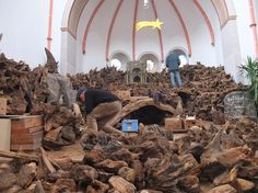 Aufbau der Naturwurzelkrippe in der Pfarrkirche mit vielen fleißigen Krippenbauern