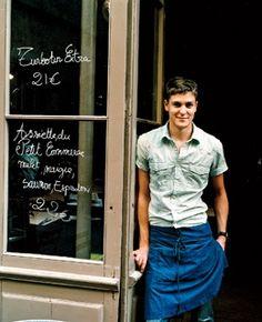 A waiter at Le Petit Commerce restaurant, in Bordeaux. Cafe Uniform, Topics To Talk About, Rustic Vintage Decor, Restaurant Uniforms, Food Park, Bordeaux Wine, Work Uniforms, Apron Dress, Travel And Leisure