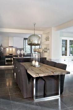 table en teck, table bois et acier et lampe pendante industrielle
