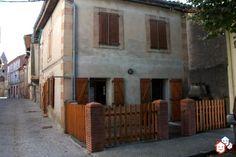 Vous désirez réaliser un achat immobilier entre particuliers en Ariège ? Ne manquez pas les belles possibilités d'aménagements et de rénovations de cette maison de village de 88 m² avec grenier et cour à Le Fossat. Cette demeure à rafraichir est en vente 100 % entre particuliers. http://www.partenaire-europeen.fr/Annonces-Immobilieres/France/Midi-Pyrenees/Ariege/Vente-Maison-Villa-F3-LE-FOSSAT-1513173 #maison