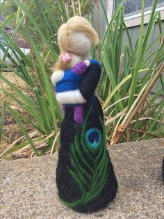 Bambola realizzata in feltro e lana di una mamma che stringe il suo bambino. Costo £20