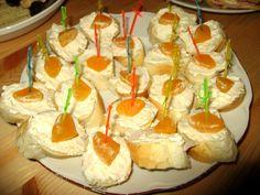 Tvarůžky(já raději Romadůr)rozmačkáme vidličkou nebo nastrouháme na struhadle,přidáme ostatní suroviny.Nemám moc ráda výrazné sýry,ale tohle fakt můžu. Sushi, Cheesecake, Pudding, Ethnic Recipes, Desserts, Food, Spreads, Tailgate Desserts, Cheese Cakes