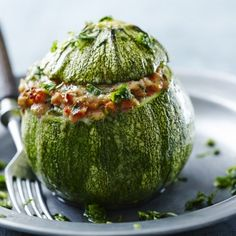Light stuffed zucchini with minced meat, tomato and parmesan: Tasty and balanced Tomate Zucchini, Parmesan, Food Porn, Carne Picada, Healthy Eating Recipes, Light Recipes, International Recipes, Eating Habits, Food Inspiration