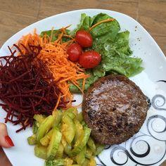 Esse hambúrguer aí é de caixinha mas os ingredientes são super do bem, e ele é bem gostoso. Tenham uma ótima noite❤️ 〰jantar: hambúrguer bovino, abobrinha na manteiga e saladex.🙈❤️ Healthy Food Habits, Healthy Food Choices, Healthy Meal Prep, Healthy Cooking, Healthy Snacks, Healthy Eating, Healthy Recepies, Good Healthy Recipes, Diet Recipes
