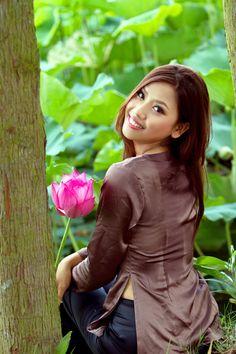 Nguyen Thi Loan moc mac ben sen - Nguyễn Thị Loan mộc mạc bên sen - video4viet.com