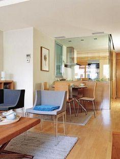 Ideas para zonas de cocina abiertas al salón. Nos encantan estas ideas para cocinas reales que deben integrarse en el salón. El cristal es perfecto para ganar espacio y evitar malos olores o humos en la casa.