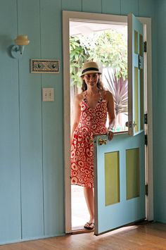 This could be the door to the workroom of my dreams and I would wear that dress everytime I go to work there. ;-)