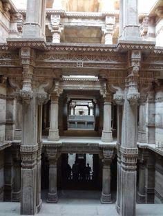 ADALAJ_(50) Victoria Lautman, une journaliste américaine, a parcouru l'Inde pendant de nombreuses années. Lors de son premier voyage, elle a eu la chance de découvrir une architecture souterraine bien méconnue : les réservoirs en escaliers.