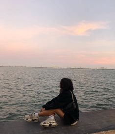 girl looking out on beautiful sea & aesthetic sunset 🌅💓 Girl Photo Poses, Girl Photography Poses, Photography Books, Camera Photography, Photography Magazine, Photography Backdrops, Images Esthétiques, Instagram Pose, Instagram Models