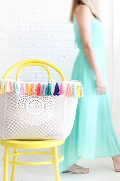 Take your summer beach bag to the next level with this DIY pastel tassel tote project. Milk Crate Seats, I Spy Diy, Yarn Wall Art, How To Make Tassels, Do It Yourself Fashion, Fabric Scraps, Scrap Fabric, Fabric Yarn, Simple Bags