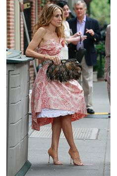 Sarah Jessica Parker as Carrie Bradshaw Carrie Bradshaw Outfits, Estilo Carrie Bradshaw, Carrie Bradshaw Shoes, City Outfits, Mode Outfits, City Style, Her Style, Passion For Fashion, Style Icons