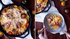 Tři různě barevná rajčata, hustá omáčka a pořádná porce parmazánu navrch. To je…