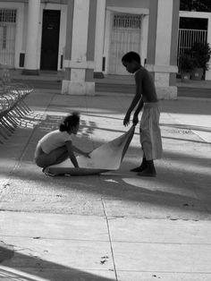 spielende Kinder in Havanna, Bescheidenheit pur ... Havanna, Outdoor Furniture, Outdoor Decor, Hammock, Black And White, Monochrome, Kids, Black White, Blanco Y Negro