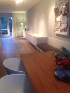 Lange zwevende ladekast met daaraan vast een wandbank. Ideale en praktische opstelling voor smalle woonkamer/keuken. Alles in gespoten mdf. Ontwerp en uitvoering www.meubelenmaatwerk.nl/steigerhoutenzo.nl
