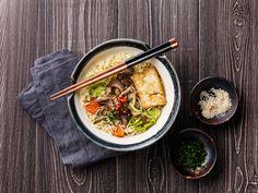 Ramen ist der neueste Trend auf den Tellern der bewussten Esser. Die japanische Nudelsuppe schmeckt hervorragend, ist sättigend und außerdem gesund.