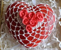 Red heart for Valentine's Day Heart Shaped Cakes, Heart Cakes, Valentines Day Cookies, Valentine Cookies, Birthday Cake Writing, Buttercream Cake Designs, Fancy Cakes, Holiday Treats, Amazing Cakes