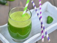 Learn three simple cabbage juice recipes in this article. It also shares some tips in preparing and drinking cabbage juice. Cucumber Detox Water, Cucumber Juice, Juice 3, Easy Juice Recipes, Cabbage Juice, Bebidas Detox, Smoothies For Kids, Homemade Detox, Recipes For Beginners