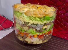 Sałatka Big Mac Rewelacyjna sałatka, która z pewnością stanie się hitem każdej imprezy. Jest bardzo efektowna i mega smaczna, wyglądem przypomina popularnego hamburgera. Idealna na spotkanie z przyjaciółmi, domową imprezkę czy nawet zwykłą kolacje w rodzinnym gronie. Polecam! Składniki: 0,5kg mielonego mięsa wołowego 4 duże bułki hamburgerowe ( mogą być kupne lub domowe, ja upiekłam …