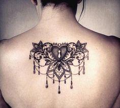 tatouage-coeur-dentelle-pampilles-fleurs-dos-femme