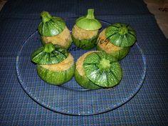 Ecco uno sfizioso secondo semplice e creativo. Le zucchine tonde ripiene di tofu, polpa delle zucchine, pomodoro, curry e curcuma! Per sapere la ricetta visita il mio blog: http://sabrieveg.altervista.org/2016/04/03/zucchine-tonde-ripiene/
