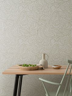 Mosaic viser buktende stier av mosaikk som gir et sofistikert og moderne uttrykk på kjøkken til denne gamle teknikken. White Wallpaper, Dark Colors, Accent Colors, Interior Styling, Backdrops, Mosaic, Dining Chairs, Wall Decor, Ivory