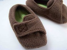 Quality Sewing Tutorials: Fleece Toddler Slippers tutorial and pattern (Size Sewing Hacks, Sewing Tutorials, Sewing Crafts, Sewing Projects, Sewing Patterns, Couture Bb, Coin Couture, Sewing For Kids, Baby Sewing