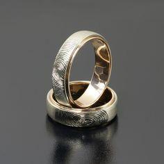 Obrączki z różowego i białego złota odciski linii papilarnych brylant o średnicy 1,5 mm faktura satyna