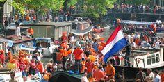 Zum Königstag befindet sich Amsterdam im orangefarbenen Feierfieber, und Besucher von Nah und Fern freuen sich über den riesigen Fest-Spaß unter freiem Himmel.