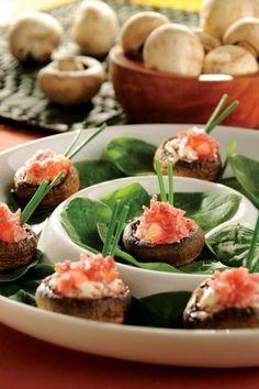 Champiñones rellenos de salami y queso, una botana para satisfacer hasta el paladar más exigente.