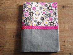 Pour une naissance à venir, voici le tuto d'un protège carnet de santé. Les dimensions : - pour l'intérieur , le fond : un rectangle 34 x 24 (ici en toile cirée rose tagada) - pour le dessus, les mêmes dimensions mais si vous voulez faire un bicolore,... Creation Couture, Floral Tie, Dimensions, Voici, Sewing, Crochet, Accessories, Style, Bb