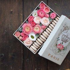 Купить цветы в коробке,цветы на день Валентина заказать,доставка сладких подарков,заказать коробку с цветами и макарунами,купить макаруны с цветами ,доставка.
