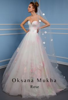 Wedding dress by Oksana Mukha #weddingdress #bride #wedding #oksanamukha #bestweddingdress #luxurydress #weddinggown