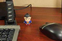 Clark Kent Kripton szülötte. Szupermanként viszont Metropolis védelmezője. Kinél tudhatnád nagyobb biztonságban adataidat, mint az acél embernél. Geek Things, Geek Gadgets, Batman Vs Superman, Gotham City, Geek Stuff, Usb Drive