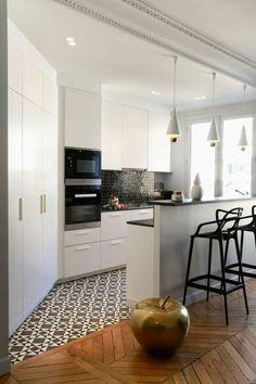 décorer son appartement, mosaique blanc noir et parquet sur le sol dans la cuisine blanche