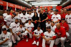 The Duke and Duchess of Sussex attend the Boston Red Sox vs New York Yankees baseball game at the London Stadium in support of the Invictus Games Yankees Team, New York Yankees Baseball, Baseball Jerseys, Meghan Markle Prince Harry, Prince Harry And Meghan, London Live, Mlb Games, Prince Harry Photos, Mookie Betts
