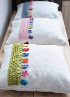 Forros para cojines o fundas de almohada decorativas, con cenefas en crochet.
