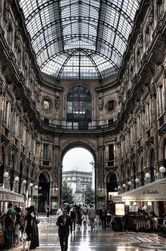 MILÁN. Galleria Vittorio Emanuele. El paseo repleto de tiendas de lujo y restaurantes.