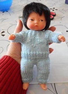 tuto gratuit pantalon b b 20 cm tuto gratuit pantalon b b 20 cm grisourijo over-b Baby Doll Clothes, Crochet Doll Clothes, Knitted Dolls, Doll Clothes Patterns, Baby Dolls, Reborn Dolls, Reborn Babies, Clothing Patterns, Crochet Baby Mittens
