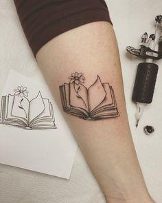 26 Best Tattoo Designs For Book Lovers - Bafbouf Mini Tattoos, Body Art Tattoos, Small Tattoos, Tatoos, Bookish Tattoos, Literary Tattoos, Simplistic Tattoos, Subtle Tattoos, Tattoo Buch
