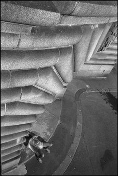Magnum Photos -  Richard Kalvar // FRANCE. Paris (75008). 2004. Pont Alexandre III.