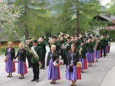 Musikkapelle Grundlsee (© Waltraud Loitzl) Bridesmaid Dresses, Wedding Dresses, Lake District, Austria, Fashion, Concert, Dress Wedding, Vacation, Musik