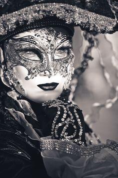 verborgen hinter masken... von Thomas Moraus