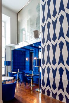 Tomás Alía revisits his past by refreshing the interior design of Larios Café. Retail Interior, Cafe Interior, Luxury Interior, Decor Interior Design, Interior Decorating, Top 14, Frank Lloyd Wright, Desing Inspiration, Commercial Interiors