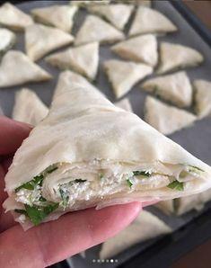 Üçgen Börek Tarifi | Sosyal Tarif Donuts, Middle Eastern Recipes, Spanakopita, Fresh Rolls, Food And Drink, Cooking, Ethnic Recipes, Crack Crackers, Yummy Cakes