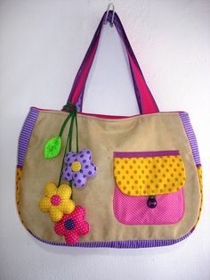 LULUZINHA BOLSAS E ACESSÓRIOS ~~ This is really cute! Patchwork Bags, Quilted Bag, Bag Quilt, Craft Bags, Purse Patterns, Denim Bag, Fabric Bags, Cute Bags, Beautiful Bags