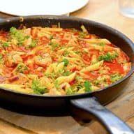 Opskrift på pasta med spidskål, der er en meget hurtig pastaret. Pastapenne blandes med lynstegt svinemørbrad og en lækker tomatsauce. Jeg elsker at kombinere pasta på med de bedste råvarer, og her er min opskrift på pasta med spidskål og svinemørbrad. Det er blevet en virkelig lækker pastaret med tomatsauce, og retten tager ikke lang... Se mere Hele opskriften Pasta med spidskål og mørbrad i tomatsauce kan ses her Madens Verden. Snack Recipes, Snacks, Pulled Pork, Paella, Thai Red Curry, Food And Drink, Menu, Fish, Chicken