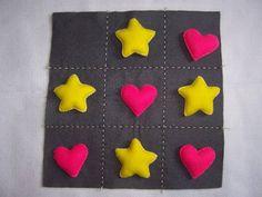 Jogo da velha com estrela e coração confeccionado em feltro. Acompanha sacolinha em tecido.