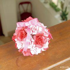 数ある花の中でも、そのエレガントさからひときわ人気の高いバラ。花芯や、花びらのカールまでその特徴をギュッと凝縮した究極のくすだまです。 インテリアとしてもおしゃれ!バラの花のくすだまの折り方(ぬくもり)