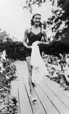 """Edith Bouvier Beale, cousin of Jacqueline Kennedy Onassis and subject of the movie """"Grey Gardens,"""" models swimwear during her job as a fashion model, circa Edith Bouvier Beale, Edie Beale, New York Socialites, Gray Gardens, Jacqueline Kennedy Onassis, The Girl Who, Real Women, Runway Fashion, Documentaries"""